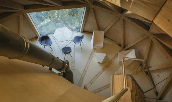 Деревянный каркас из треугольников создает дополнительную прочность.