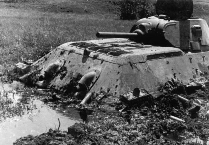 Две недели круговой обороны в застрявшем в болоте Т-34
