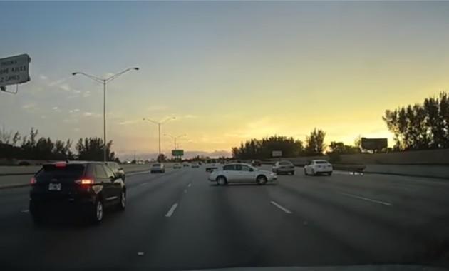 Опаснейший разворот машины на 180 градусов на трассе засняли на видео