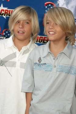 ДИЛАН И КОУЛ СПРОУС.Близнецы известны ролями в шоу «Все тип-топ,или жизнь Зака и Коди», стартовавшее в 2005г, когда им было 13 лет.Однако их телевизионная карьера началась с шоу «Грейс в огне», когда им был всего один годик.