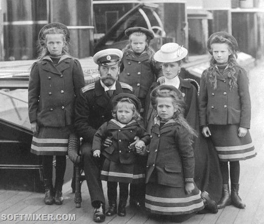 The Russian Czar Nicholas II with his family, from left: Olga, Nicholas II, Anastasia, Tsarevich Alexei, Tatiana, the Czarina Alexandra, Maria.