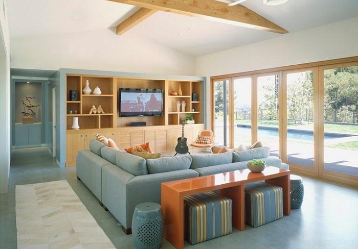 Интересный светло-голубой диван рядом с которым разместилась удачная столешница, то что понравится.