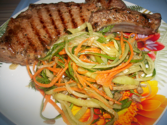 Стейк из свинины с салатом