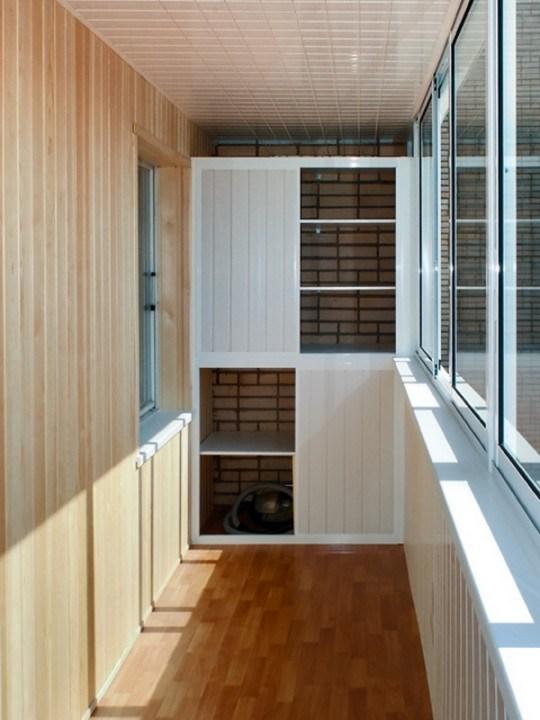 Обустройте удобное место для хранения на балконе - копилочка.