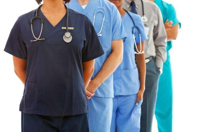 В чем разница между медицинской помощью и медицинским обслуживанием