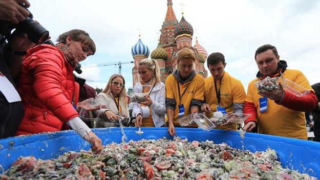 Москвичи устроили давку за бесплатный салат, которым кормили с ковша трактора