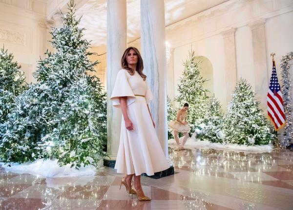 Мелания Трамп в платье Dior показала, что на Рождество в Белом доме не пожалели ни сил, ни денег