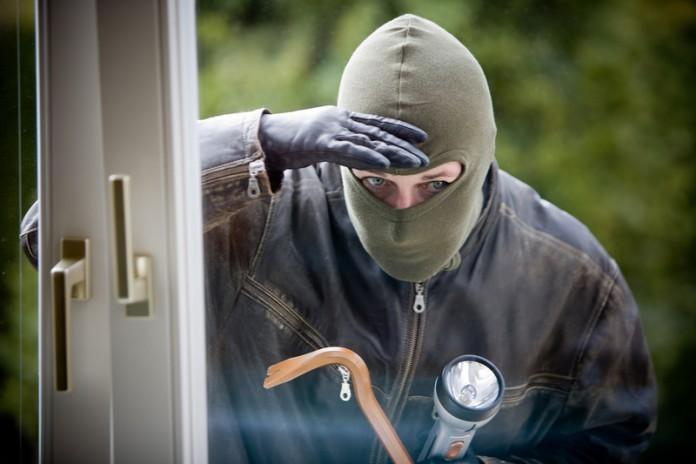 Домушник ковыряется в дверном замке одной из квартир в подъезде, и тут слышит голос из динамика рядом с дверью: