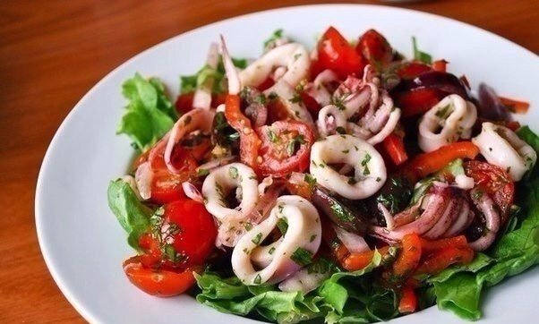 Салат с кальмарами и оливками