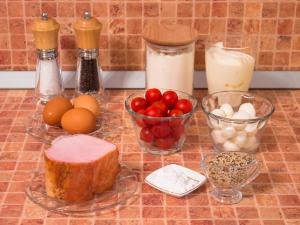 Пирог с окороком, помидорами и сыром