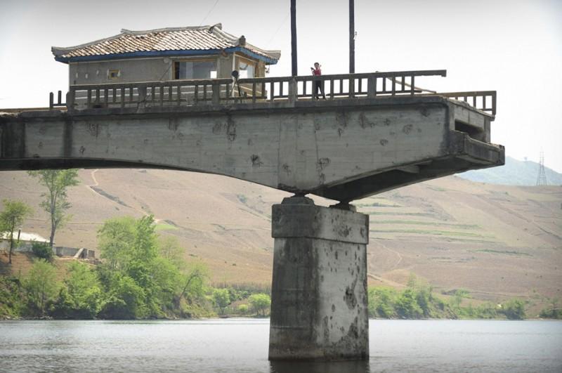 4. Мост, разрушенный во время Корейской войны на реке Ялу в Северной Корее, 26 мая 2009 (Фото Peter Parks): Тоталитаризм, гранциа, китай, севераня корея