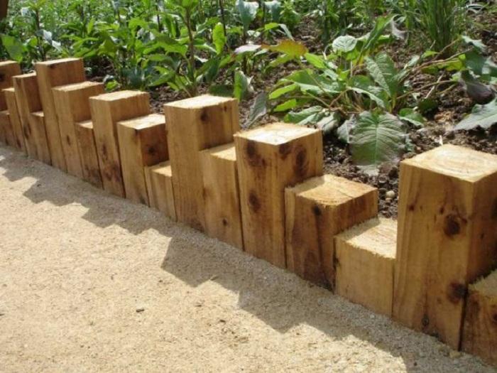 Красивый мини-заборчик, который выполнен с деревянных планок, станет просто оригинальным и хорошим украшением.