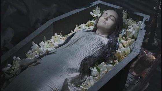 (мнение) Кому и покойница не…