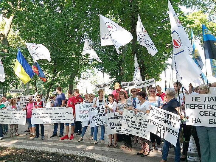 Доведенные до отчаяния медики вышли на митинг в центре Киева