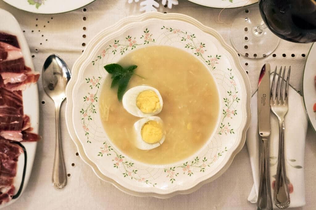 Британские СМИ показали, как они видят традиционный новогодний ужин россиян