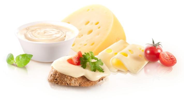 Плавленый сыр, хлеб с отрубями и помидор черри