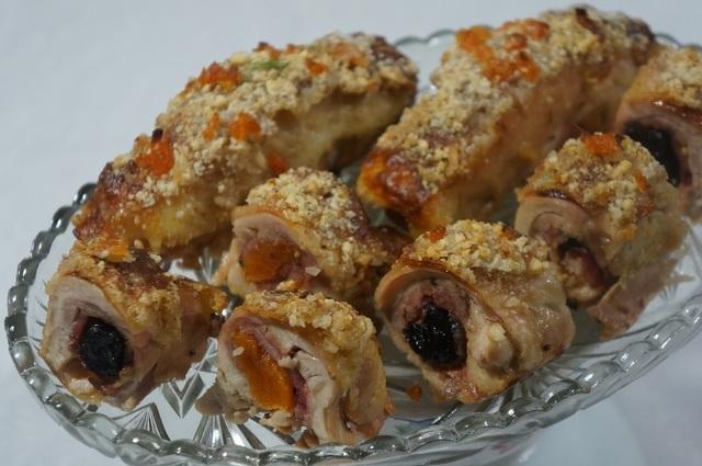 Фото к рецепту: Куриные рулеты с беконом, курагой и черносливом