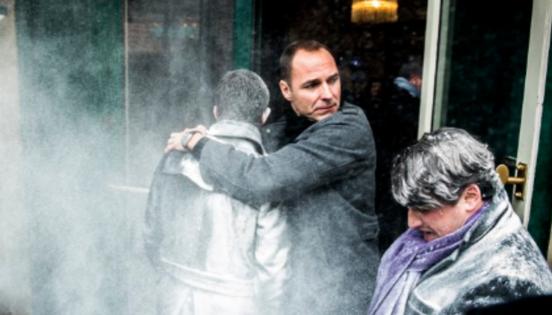 Выступающего с антироссийских позиций кандидата в президенты Франции обсыпали мукой и попытались дать оплеуху