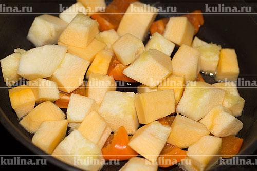 Кабачки очистить, нарезать кубиком и выложить в сковороду.