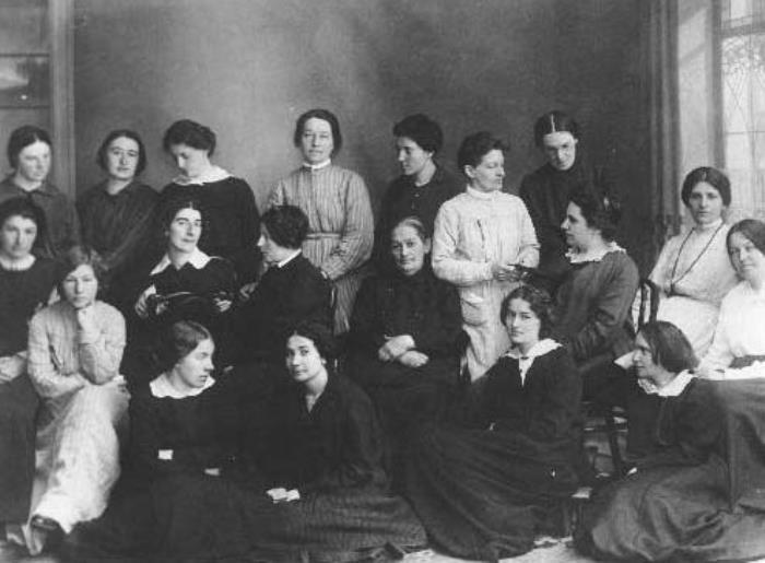 Каторжанки после освобождения. Фанни Каплан в среднем ряду около окна. Март 1917 г. | Фото: nnm.me