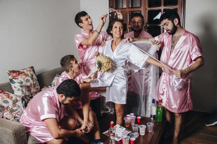 Одеваем невесту. Фото: Fernando Duque.