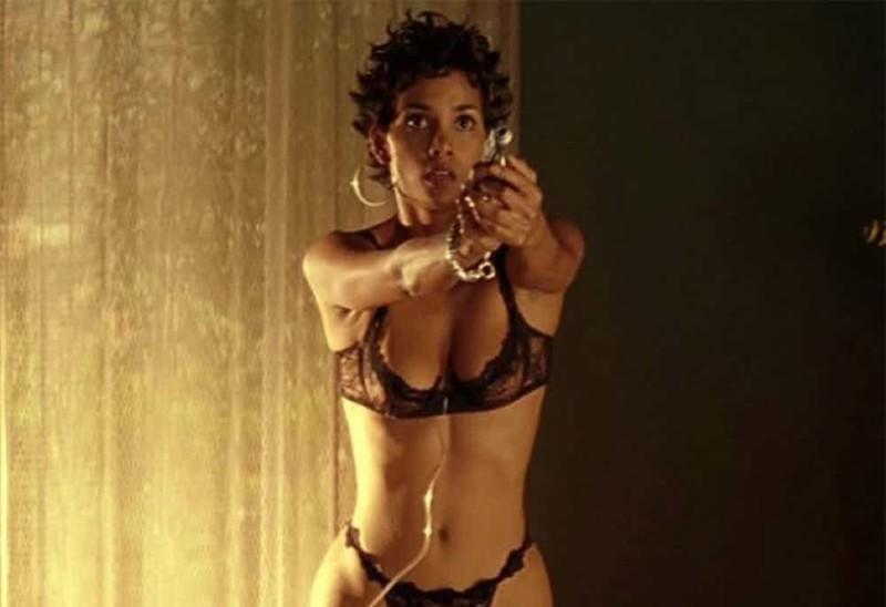 Девушка с пистолетом Хэлли Берри, актрисы, голливуд, знаменитости