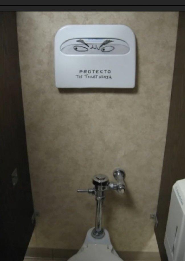 15 забавных актов вандализма, обнаруженных в общественных туалетах изображение 11