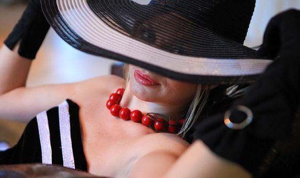 Поезд. В купе, где едет монашка, заходит дама в шикарном норковом манто….