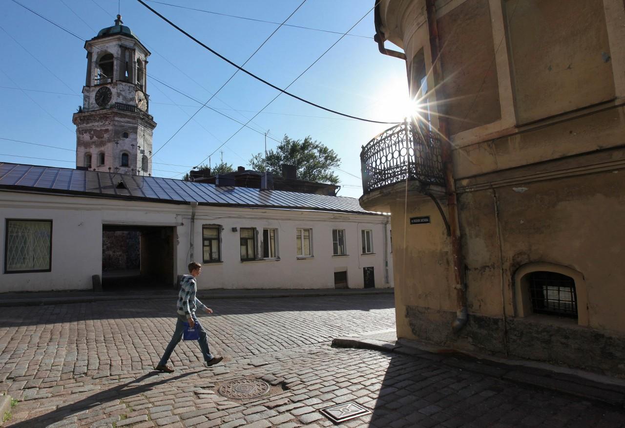 Вот парадный подъезд . Лев Лурье о том, что первым делом видят туристы в России