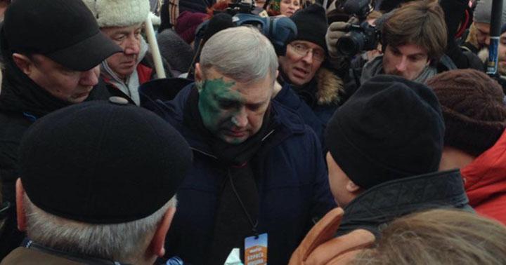 На акции памяти Немцова в Москве Михаила Касьянова лечили зелёнкой