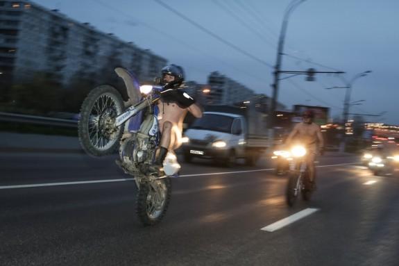 В Москве голые байкеры проехали по ночным дорогам