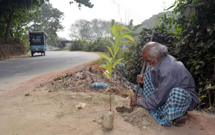 Человек, в одиночку изменивший мир вокруг себя: бедняк посадил более 17 500 деревьев