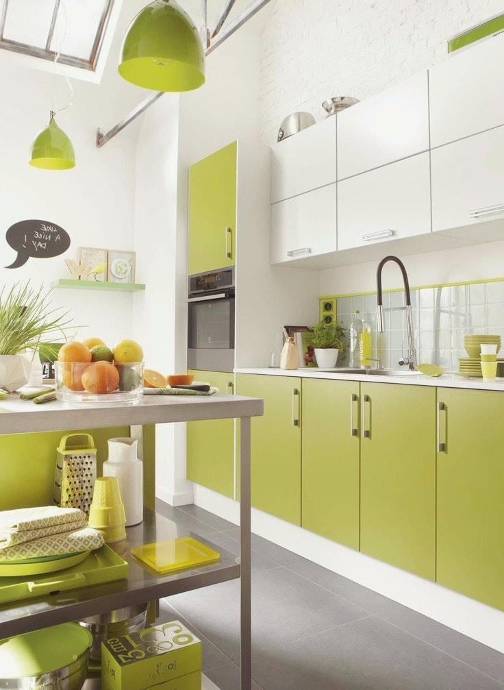 Современная кухня в ярких тонах салатового цвета