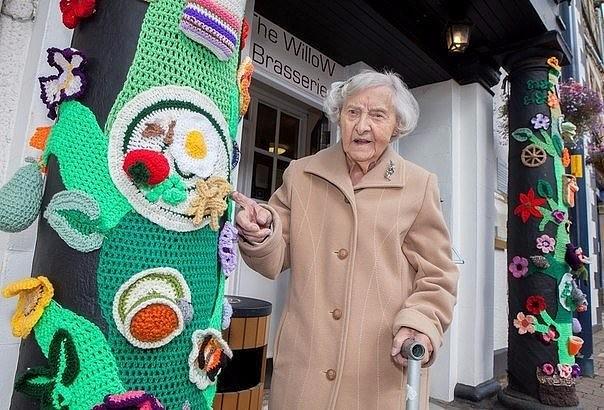 Эта чудесная 104-летняя старушка по имени Грэйс Бретт вяжет удивительные вещи, которыми затем украшает отдельные объекты или даже части улиц в своём родном городке на юго-востоке Шотландии.
