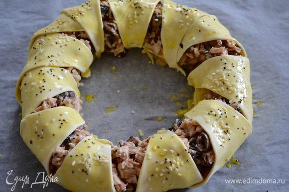 """Завернув все """"лучики"""" теста к центру, закройте ими начинку и хорошо закрепите у основания пирога, чтобы в процессе выпечки они не раскрылись! Смазать пирог взбитым яйцом и присыпать кунжутом (по желанию)."""