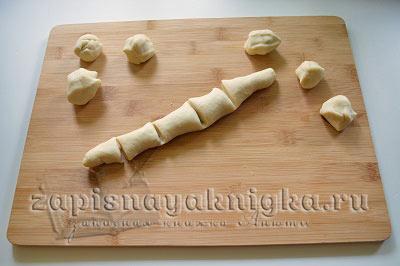 Разрезать тесто на кусочки