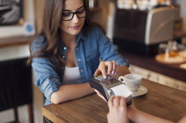 Официанты-жулики и «левые» банкоматы. Как воруют деньги с банковских карт?
