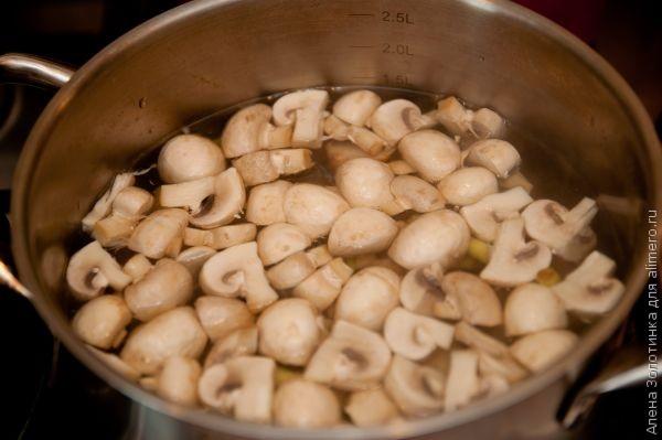 добавим грибы в кастрюлю