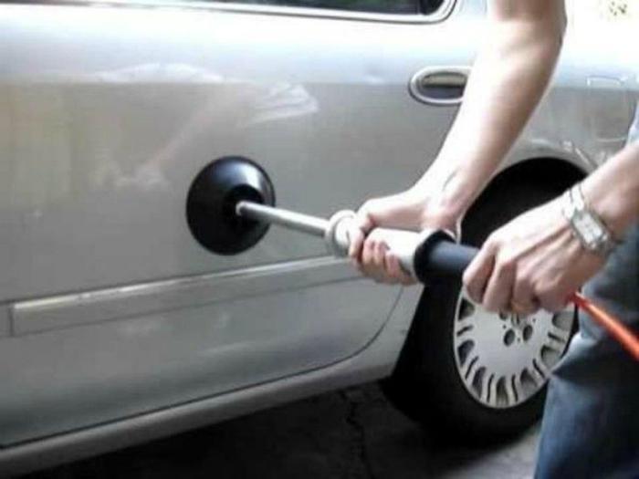 Небольшие вмятины на автомобиле можно выправить с помощью пневматического вантуза.