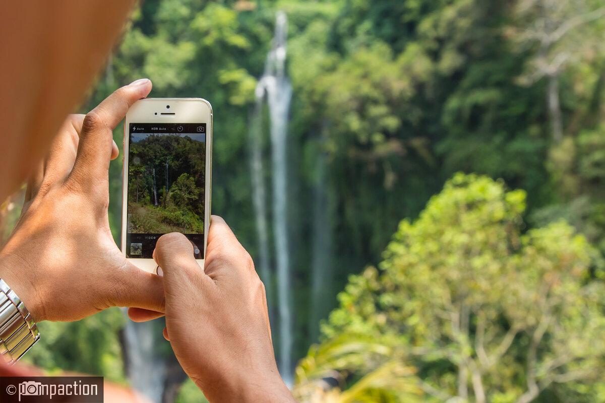 Винду фотографирует водопад