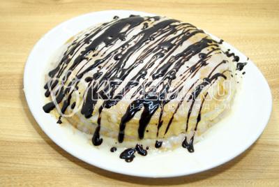 Полить блинный торт глазурью и убрать в холод на 10-12 минут.