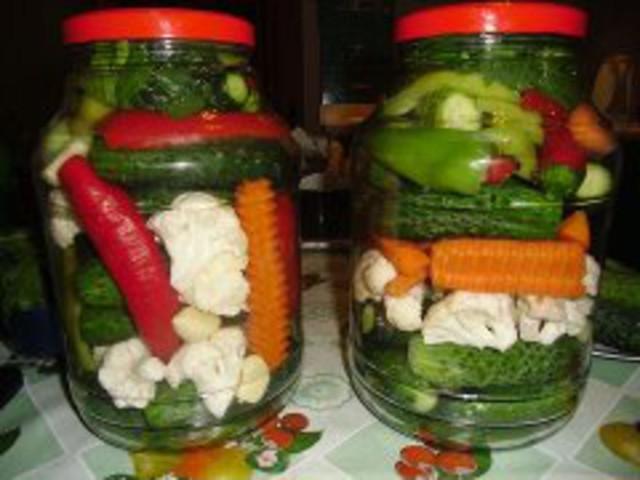 Засолка овощей ассорти на зиму — натюрморт в банке