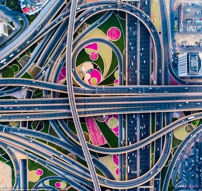 Дубай славится не только своими высотками и небоскребами (сразу вспоминается самое высокое в мире здание Бурж-Халифа), но и переплетениями дорожных развязок, похожими на спагетти Дубай фото, аэросъемка, дрон, дубай, дубай достопримечательности, квадрокоптер, с высоты птичьего полета, снимки с дрона