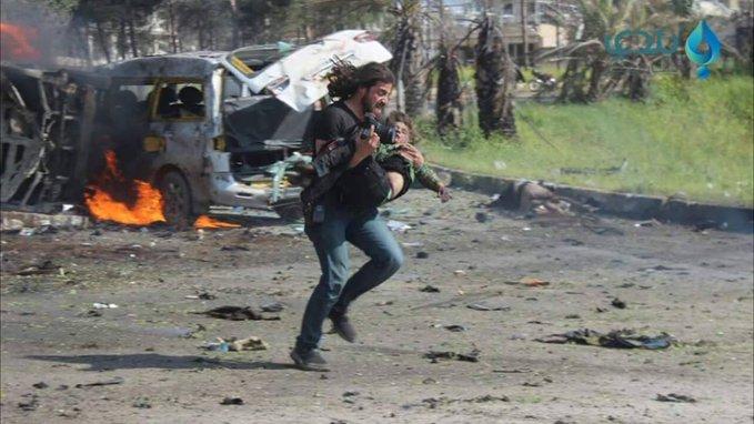 Репортер пытается спасти ребенка, пострадавшего от взрыва в Алеппо.