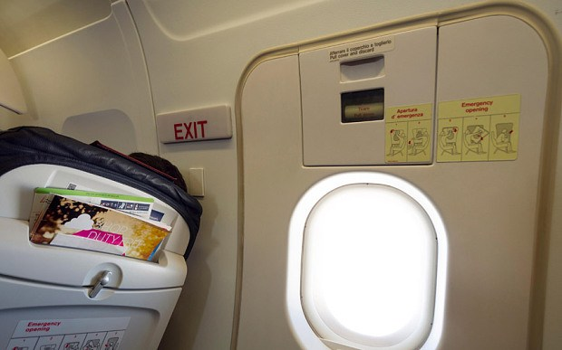 Турист открыл аварийный выход самолета ради шутки
