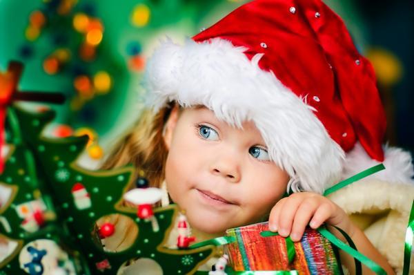 Девочка и игрушечная елка