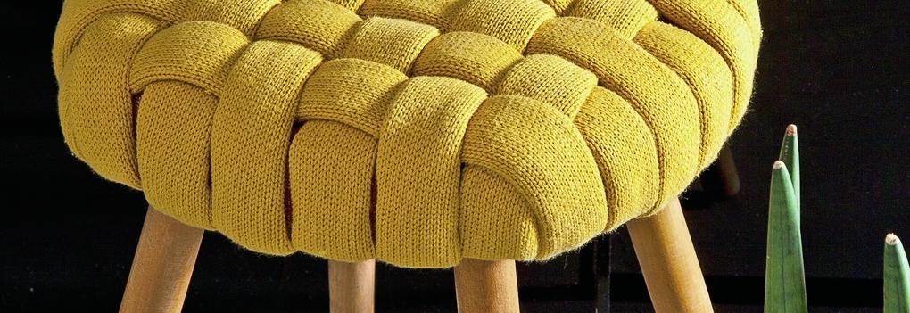 Дизайнерский табурет из старого джемпера: необычно и практично