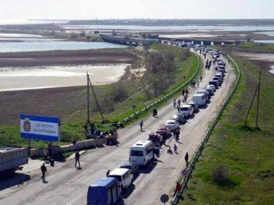 Чтобы попасть на отдых в Крым, украинцы с вечера занимают места на границе