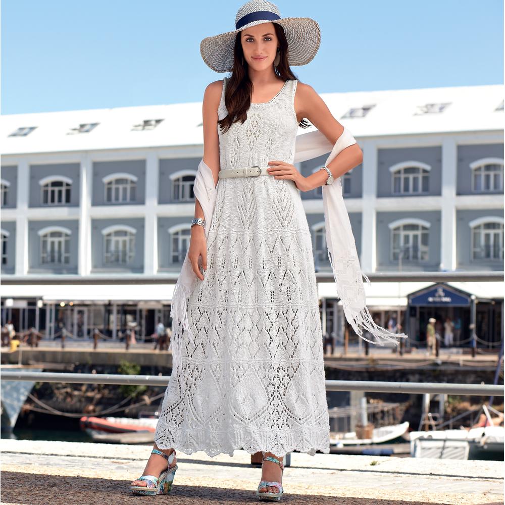 Белое платье с ажурным узором спицами