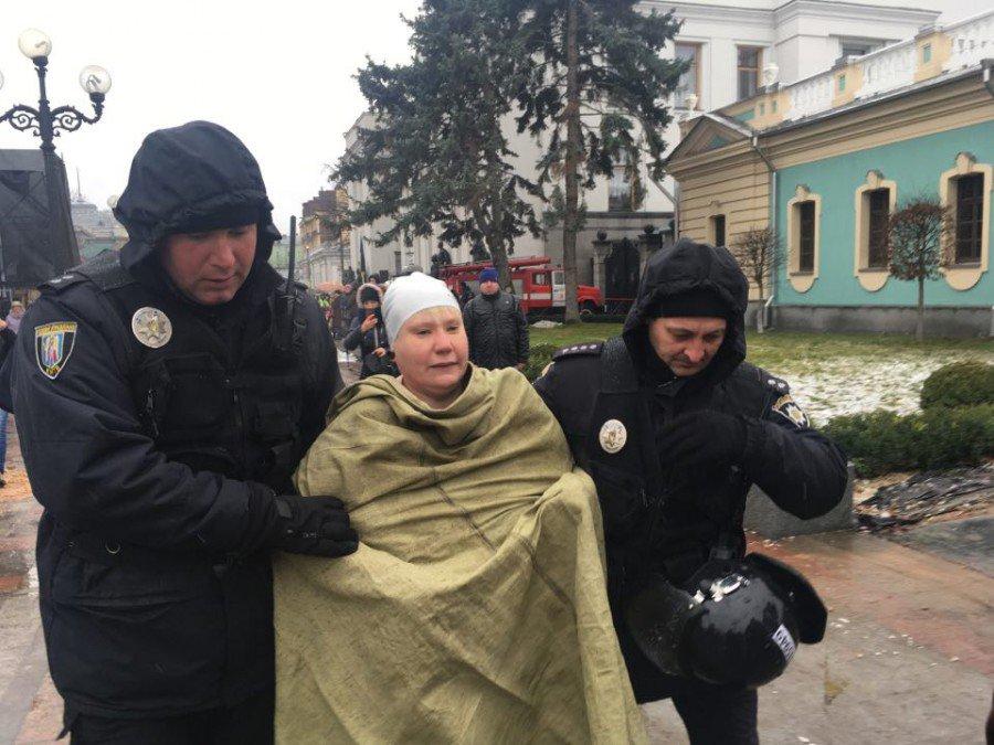 """Голая киевлянка с веслом призвала Порошенко и Саакашвили """"грести"""" с Украины"""